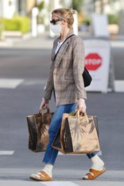 Kelly Rutherford Picking up groceries at Erewhon Market in Los Angeles 2020/04/13 3