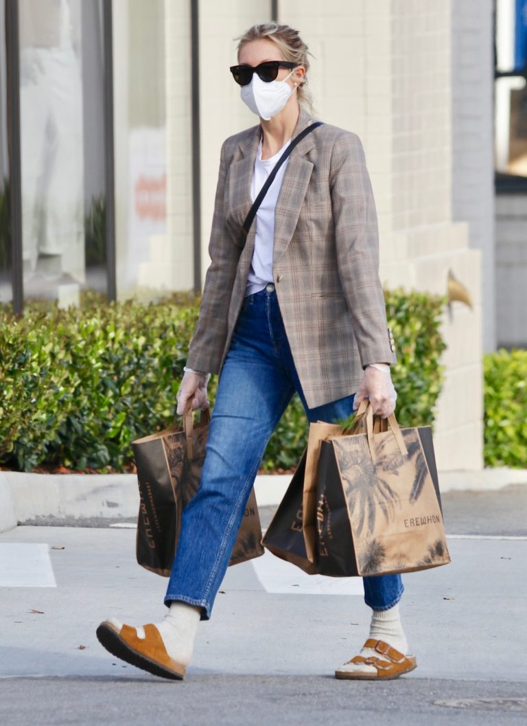 Kelly Rutherford Picking up groceries at Erewhon Market in Los Angeles 2020/04/13 4