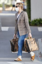 Kelly Rutherford Picking up groceries at Erewhon Market in Los Angeles 2020/04/13 6