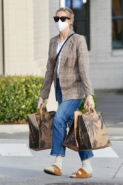 Kelly Rutherford Picking up groceries at Erewhon Market in Los Angeles 2020/04/13 7