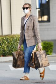 Kelly Rutherford Picking up groceries at Erewhon Market in Los Angeles 2020/04/13 8