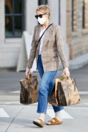Kelly Rutherford Picking up groceries at Erewhon Market in Los Angeles 2020/04/13 9