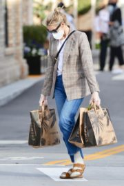 Kelly Rutherford Picking up groceries at Erewhon Market in Los Angeles 2020/04/13 10