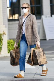 Kelly Rutherford Picking up groceries at Erewhon Market in Los Angeles 2020/04/13 11