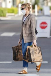 Kelly Rutherford Picking up groceries at Erewhon Market in Los Angeles 2020/04/13 12