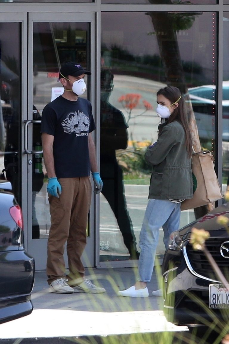 Lily Collins Shopping a local grocery store with her boyfriend in Los Angeles 2020/04/03 3
