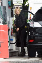 Malin Akerman in black puffy jacket at a gas station in Los Angeles 2020/04/10 7