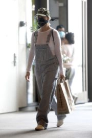 Margot Robbie seen in jumpsuits during shopping out in Los Angeles 2020/04/04 6