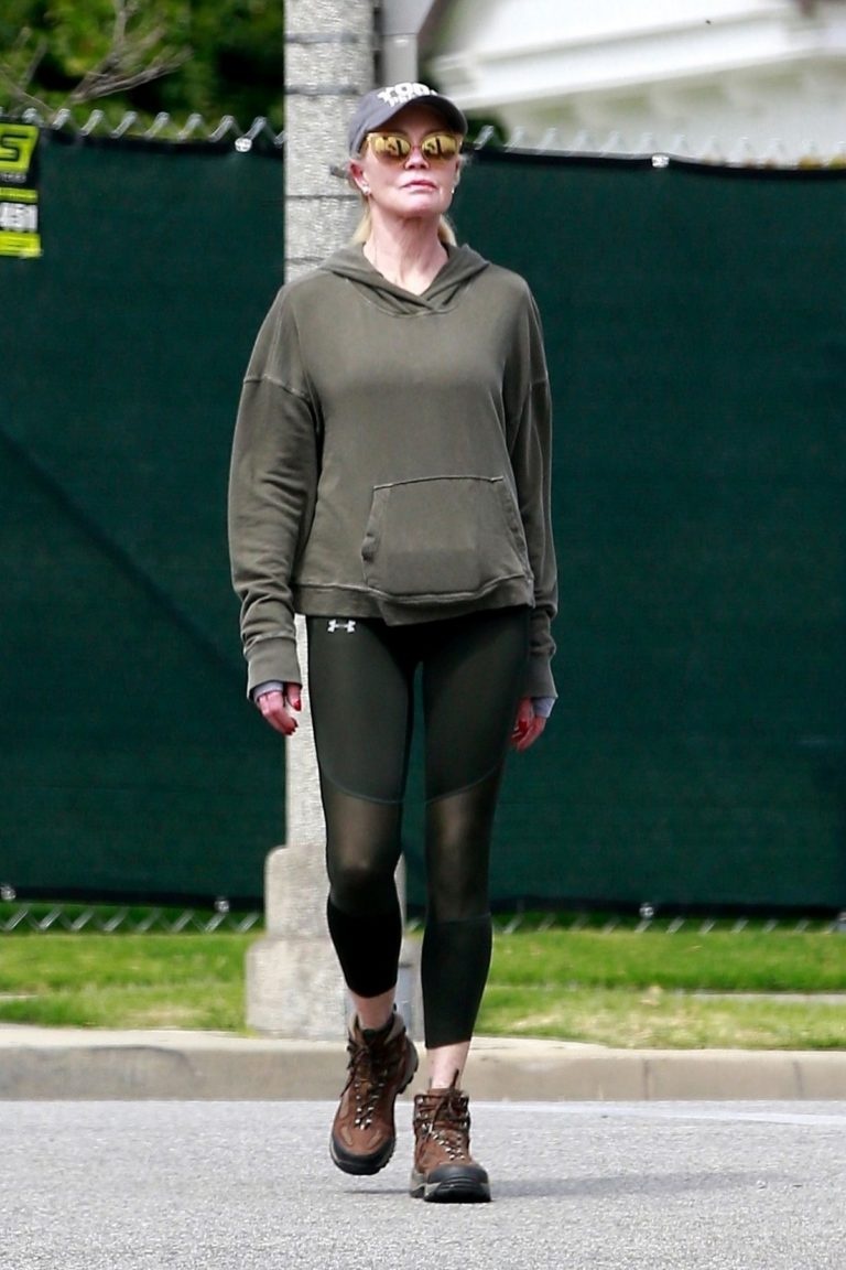 Melanie Griffith goes for a walk outside in Beverly Hills 2020/03/28 7