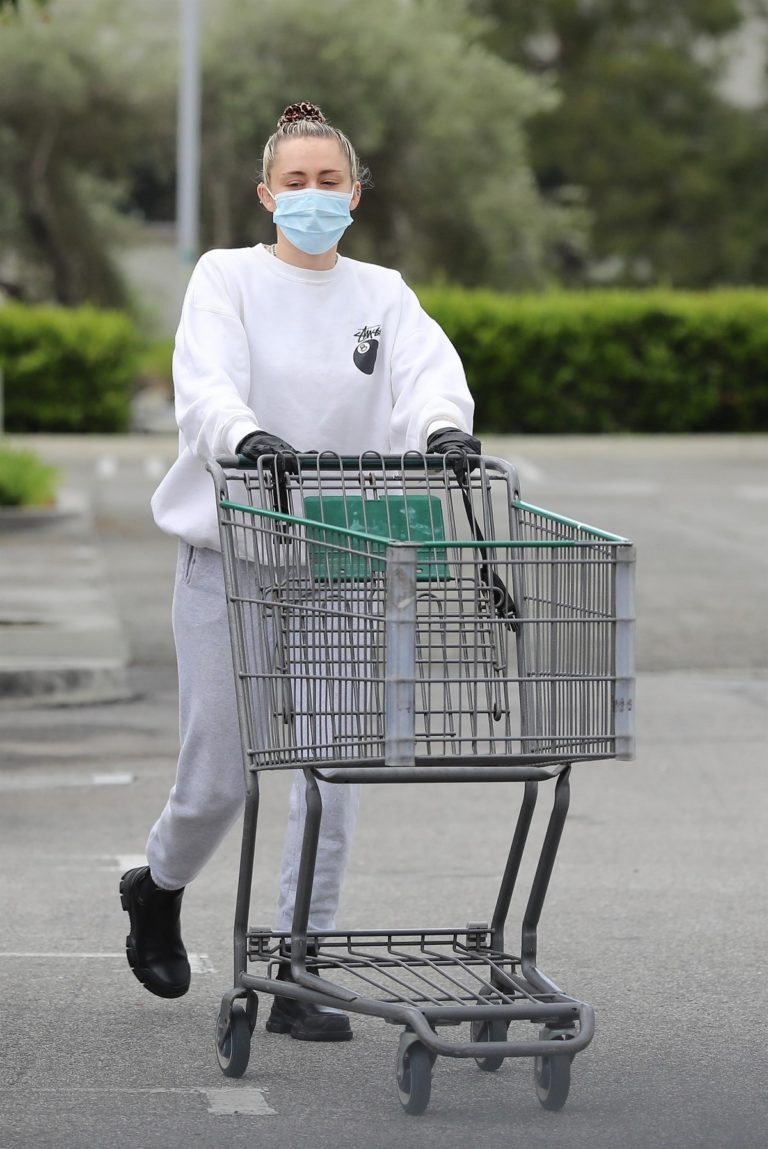 Miley Cyrus leaves after shopping for Erewhon Market in Calabasas 2020/04/08 22