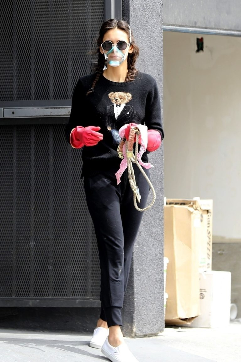 Nina Dobrev goes the Vet today for her dog in Los Angeles 2020/03/31 5