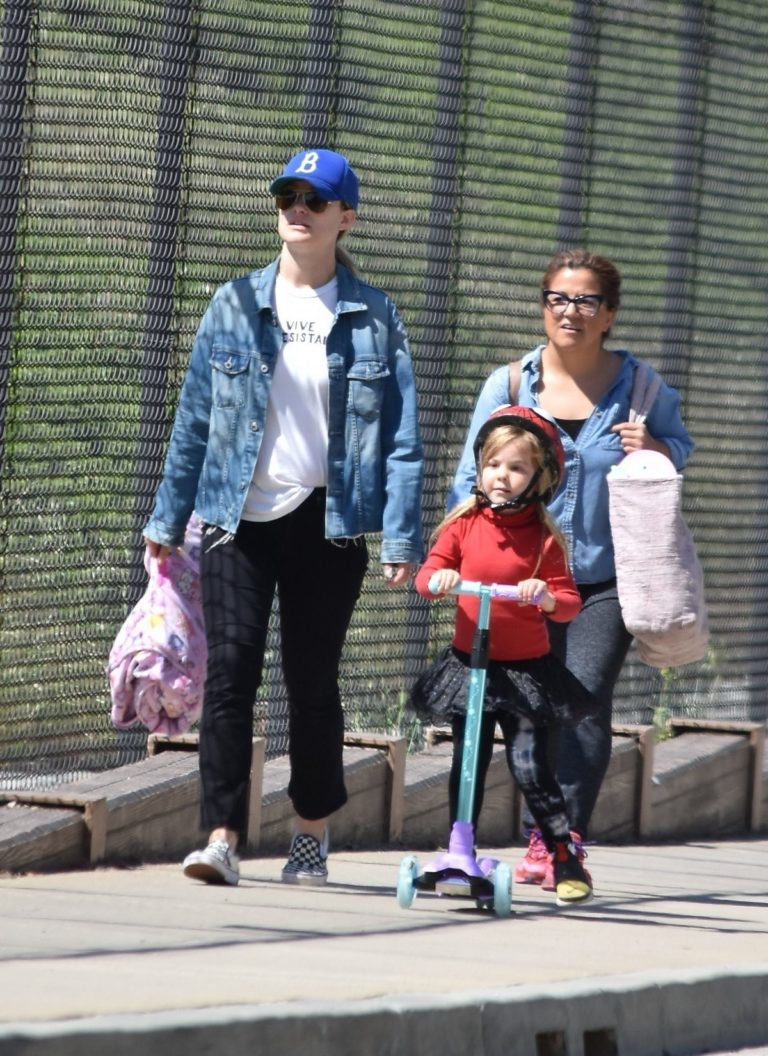 Olivia Wilde and the kids take a morning walk in Los Angeles 2020/03/31 11
