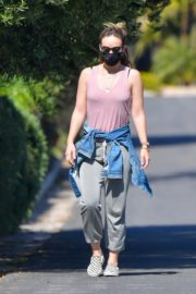Olivia Wilde maintains social distancing walk with a friend in Santa Monica 2020/04/14 16