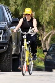 Reese Witherspoon enjoys riding a bike in Pacific Palisades 2020/03/31 4