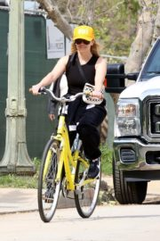 Reese Witherspoon enjoys riding a bike in Pacific Palisades 2020/03/31 7