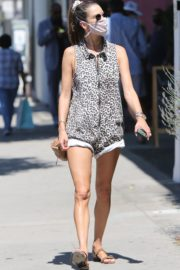 Alessandra Ambrosio Wearing a Mask Out in Los Angeles 2020/06/11 1
