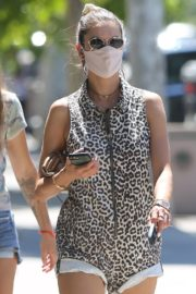 Alessandra Ambrosio Wearing a Mask Out in Los Angeles 2020/06/11 4