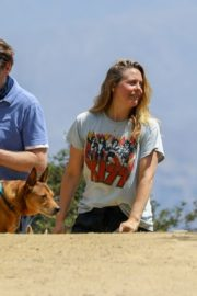 Alicia Silverstone Out with Her Dog in Los Angeles 2020/06/03 1