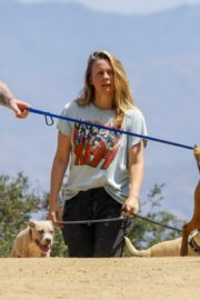 Alicia Silverstone Out with Her Dog in Los Angeles 2020/06/03 5