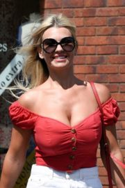 Christine McGuinness at a Post Office in Wilmslow 2020/06/01 8