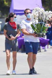 Courteney Cox and Johnny McDaid at Farmer's Market in Malibu 2020/06/07 1