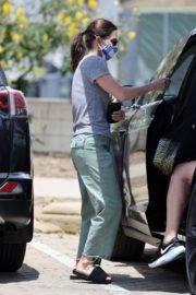 Courteney Cox Shopping Out at a Farmers Market in Malibu 2020/05/31 2