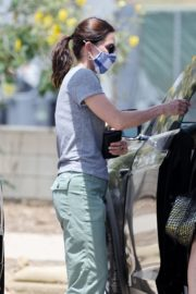 Courteney Cox Shopping Out at a Farmers Market in Malibu 2020/05/31 3