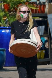Dakota Fanning Shopping at a Plant Nursery in Los Angeles 2020/06/04 8