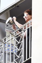 Debra Messing Cheering First Responders from Her Balcony in New York 2020/06/15 2