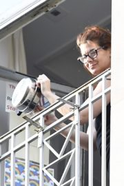 Debra Messing Cheering First Responders from Her Balcony in New York 2020/06/15 6
