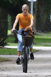Devon Windsor Out Riding a Bike with Her Dog in Miami 2020/06/06 7