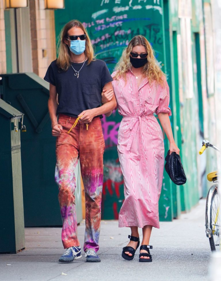 Elsa Hosk and Tom Daly Wearing Masks Out in New York 2020/06/10 7