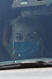 Gwen Stefani Leaves a Private Jet at Airport in Burbank 2020/06/09 2