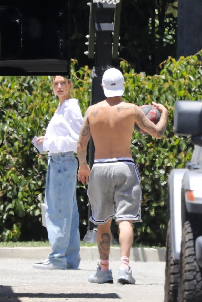 Hailey and Justin Bieber Playing Basketball in Beverly Hills 2020/06/14 8