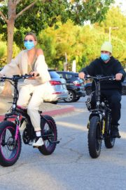 Hailey Bieber and Justin Bieber Out Riding Electric Bikes in Los Angeles 2020/06/14 1
