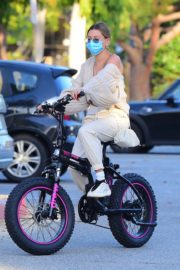 Hailey Bieber and Justin Bieber Out Riding Electric Bikes in Los Angeles 2020/06/14 2