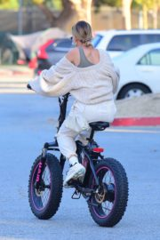 Hailey Bieber and Justin Bieber Out Riding Electric Bikes in Los Angeles 2020/06/14 3