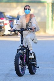 Hailey Bieber and Justin Bieber Out Riding Electric Bikes in Los Angeles 2020/06/14 5
