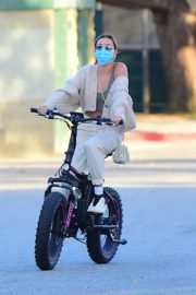 Hailey Bieber and Justin Bieber Out Riding Electric Bikes in Los Angeles 2020/06/14 10