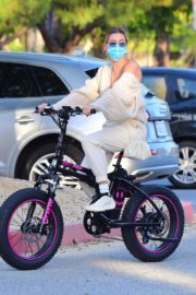 Hailey Bieber and Justin Bieber Out Riding Electric Bikes in Los Angeles 2020/06/14 13