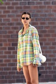 Irina Shayk Out in Checked Multicolor Shirt in New York 2020/06/03 5
