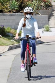 Isla Fisher Out Riding a Bike in Los Angeles 2020/06/13 1