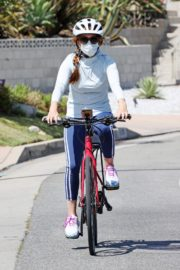 Isla Fisher Out Riding a Bike in Los Angeles 2020/06/13 2