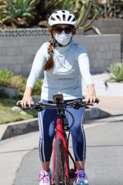 Isla Fisher Out Riding a Bike in Los Angeles 2020/06/13 4