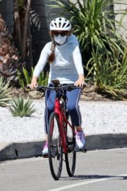 Isla Fisher Out Riding a Bike in Los Angeles 2020/06/13 5