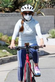 Isla Fisher Out Riding a Bike in Los Angeles 2020/06/13 7