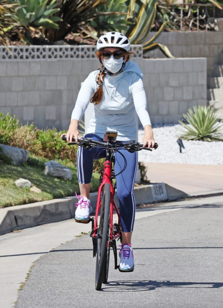 Isla Fisher Out Riding a Bike in Los Angeles 2020/06/13 8