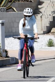 Isla Fisher Out Riding a Bike in Los Angeles 2020/06/13 9