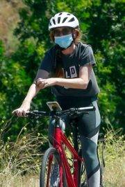 Isla Fisher Riding her Bike Out in Los Angeles 2020/06/07 1