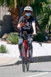 Isla Fisher Riding her Bike Out in Los Angeles 2020/06/07 3